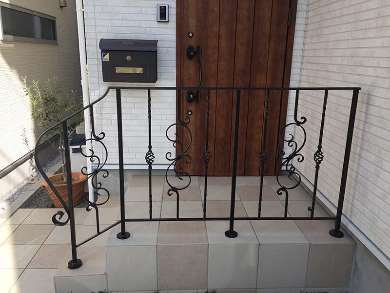 フェンス兼用の玄関手すり。唐草とバスケット模様のロートアイアンです。