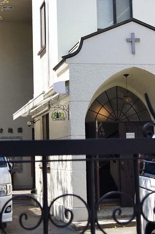 ロートアイアン製の門扉と看板