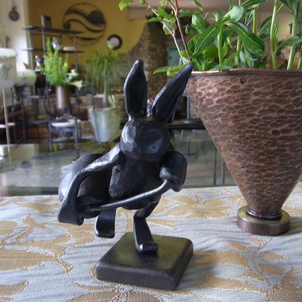 オブジェ「ウサギの登校」