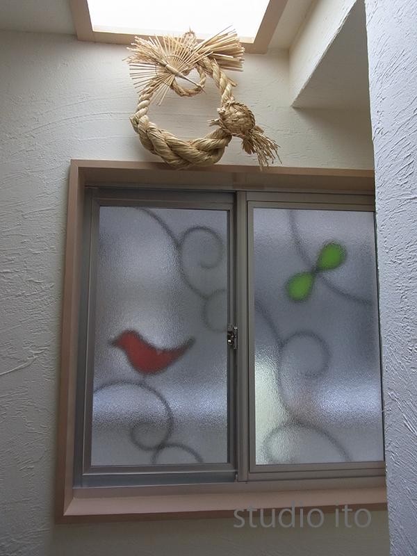 赤い鳥の窓格子